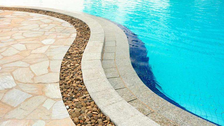 bordi-piscina-123rf43809842-m